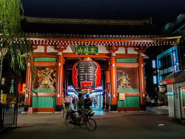 kaminarimon gate at night
